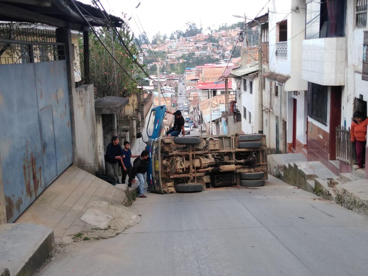 Vehículo de transporte de agregados volcó en calle céntrica de la ciudad de Chachapoyas.